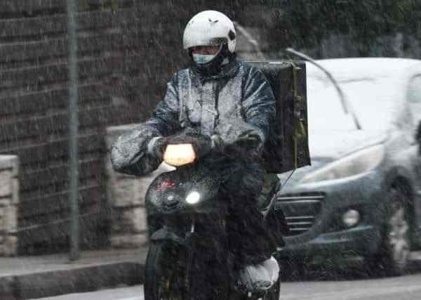 Εικόνες που εξοργίζουν: Διανομείς παίρνουν το μηχανάκι στα χέρια για να παραδώσουν την παραγγελία μέσα στο χιόνι