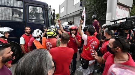 Κλούβες «έφραξαν» τη μοτοπορεία των διανομέων προς τα γραφεία της εταιρείας