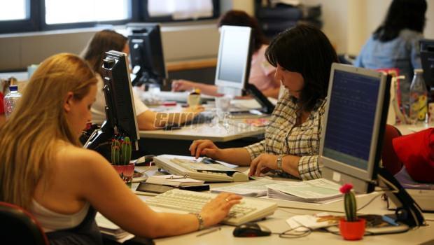 Τι αλλάζει στις άδειες των δημοσίων υπαλλήλων που είναι γονείς