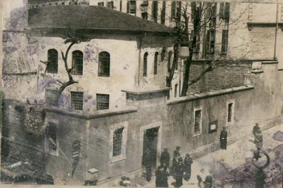 1939 yılındaki restorasyon öncesi çekilen Encümen Arşivinden alınan eski fotoğraf , bu belgede de mihrap nişinin çıkmadığı görülmektedir (belge-2)