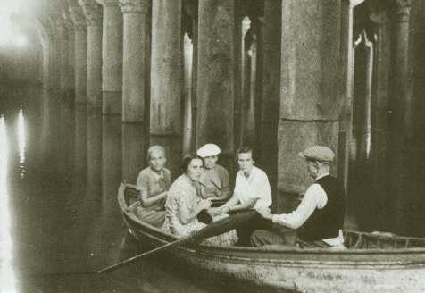 Resim 1 1940 lı yıllarda Yerebatan'da kayıkla yapılan bir gezinti