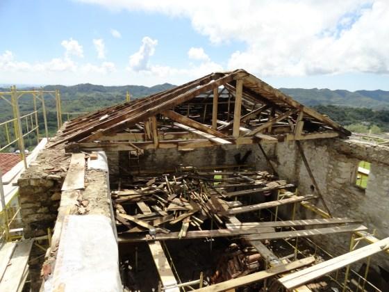 Uygulamada taşıyıcı özelliğini kaybeden çatı sökülmüştür.