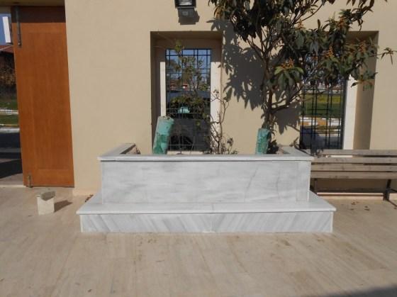 Avluda yer alan mezar mermerle çevrilmiştir