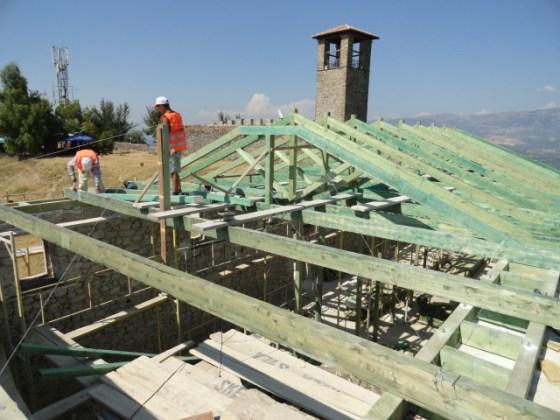 Uygulamada tüm çatı ahşap strüktür olarak yenilenmiştir.