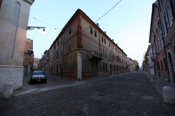 Ferrara sokaklarından genel görünüm. Corso Ercole I D'Este Sabah 07:00 civarı