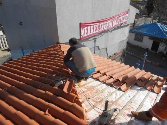Çatı kiremitlerinin örülmesi