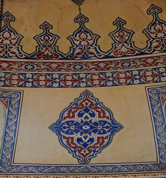 Kubbe Kasnağında yer alan basık kemerli pencerelerin aralarında bulunan duvar yüzeylerindeki rumi şemse motifi