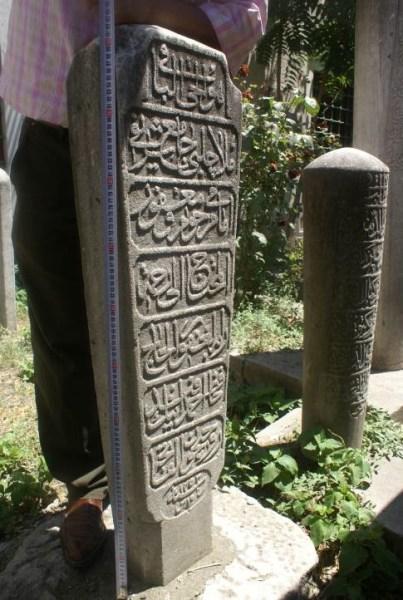 HZR-D: Hüve'l- Hayyü'l- bâki Molla Çelebi Cami-i şerifi imamı merhum ve mağfur el- muhtac ilâ rahmeti Rabbihi'l- Gafur el- hâc Hafız Ahmed Efendi'nin ruhiyçün el- fatiha  Sene: Fi 15 Safer 1253 (15 Kasım 1788)