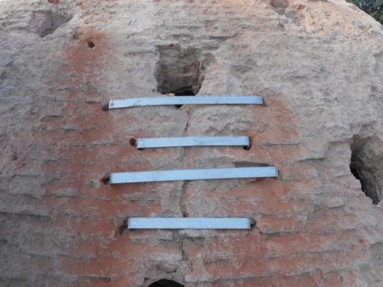 Kubbe dışındaki çatlakların kenetleri epoksi kullanılarak yerlerine tesbit ediliyor