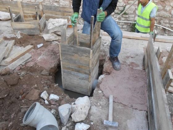 Sıcak su haznesinde karot çalışması için dik açıyı temin edecek ahşap ayakların yapımı