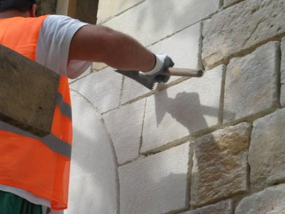 Cephede kullanılan yeni taş yüzeylerin ön yüzleri, eski taşlar ile uyumlu bir görüntüye sahip olması için el ile mucartalanmıştır. (fotoğraf 14)