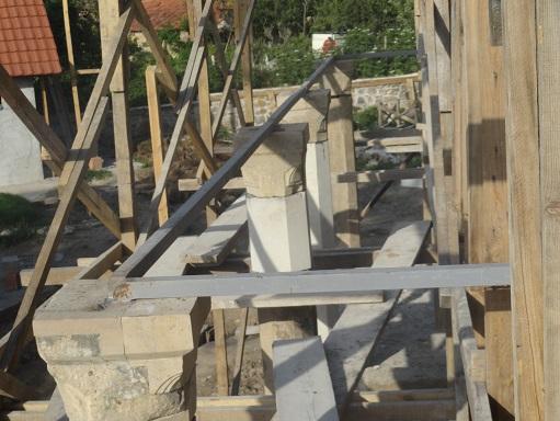 Sütunlar gergi demiri ile özgün sistemine uygun olarak bağlanmıştır (fotoğraf 23)