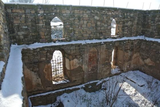 2012 senesi, uygulama öncesi yapının durumu (üst kot pencerelerinin olduğu duvarlar geç dönemde köyde oturanlarca yapılmıştır)
