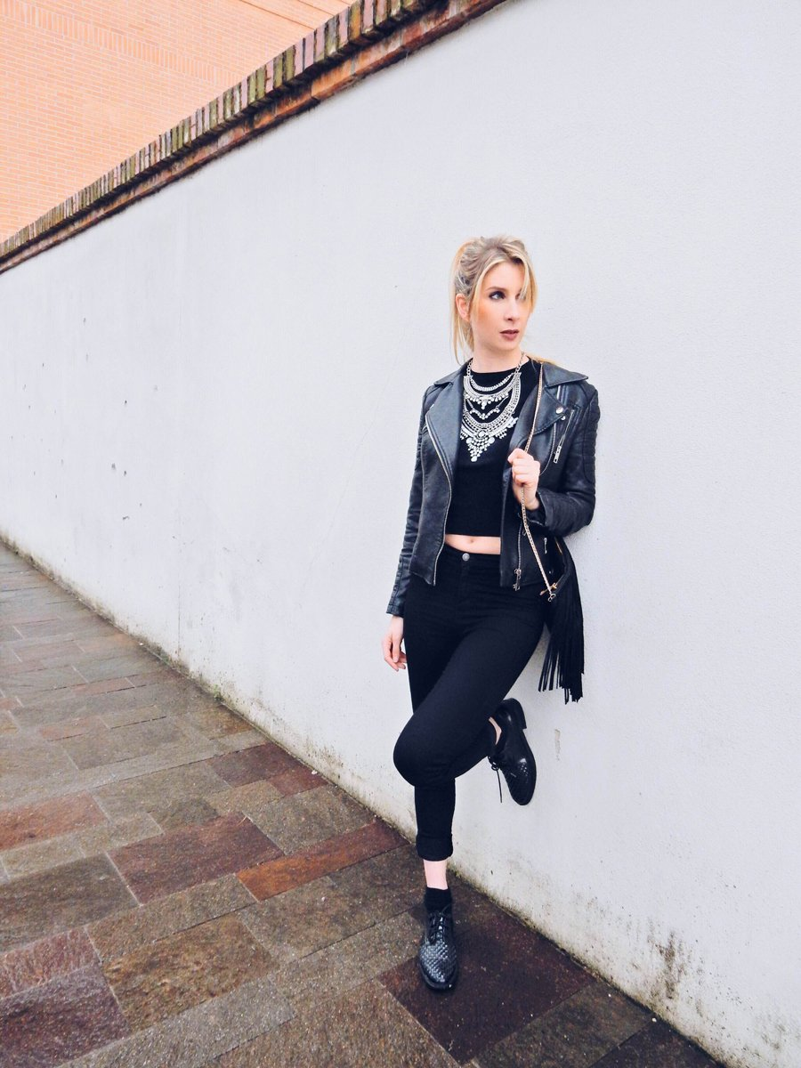 How to wear a total black look
