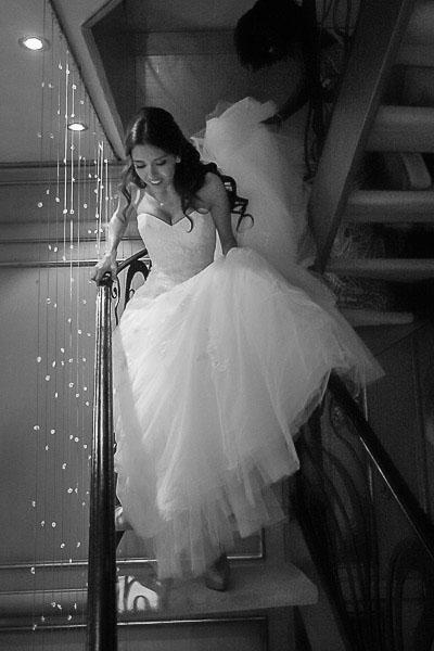 Gelin merdivenlerden iniyor