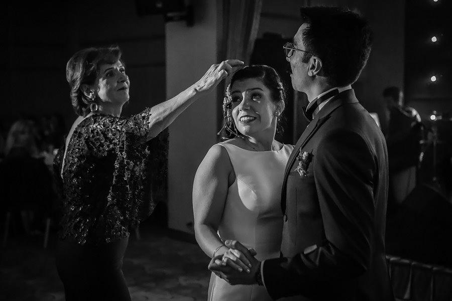 İlk dans sırasında gelinin saçına düşen konfetileri teyzesi temizliyor