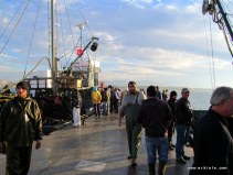 didim Altınkum limanında balık almaya gelen parakendeciler ve yerel halk