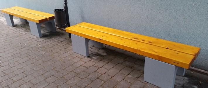 Neue Sitzbänke wurden zur Erlenbacher Kerwe an der Kirche montiert