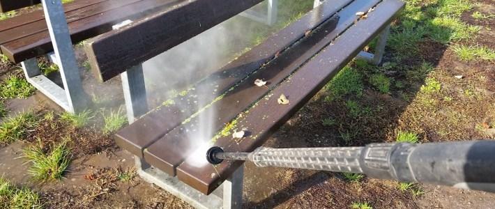 Pilz, Moos und Dreck sind schon mal weg, an unseren Friedhofsbänken