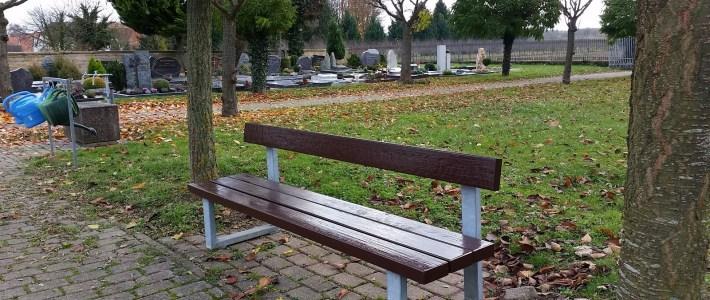 Friedhofsbänke wurden renoviert – jetzt sind sie wieder fast wie neu!