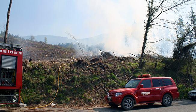 Los bomberos acuden a sofocar un fuego junto al cementerio de Ermua