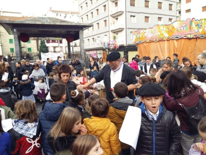Olentzero recorre las calles de Ermua