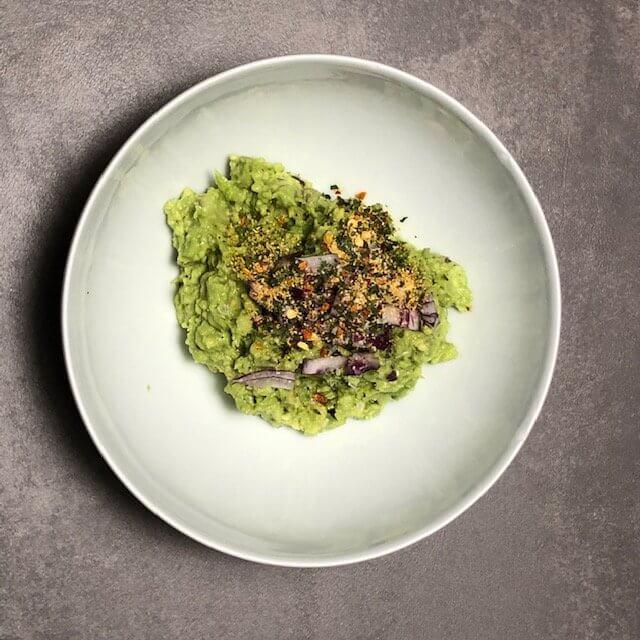 So bereitet man eine Guacamole mit italienischen Gewürzen zu
