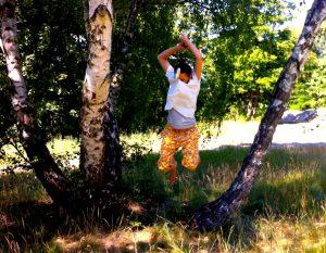 ernaundgustav Fotoshooting Lehnitzsee Frau Springt in die Luft vor Birken 2015