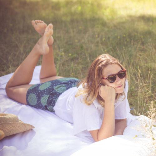 Tiana in Floral Burst Bio Boxershorts von erna&gustav beim Fotoshooting Picknick am See 2015