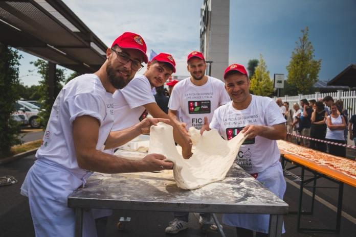 """FICO-3 La """"Pizza da Guinness"""" dei pizzaioli del Napoli Pizza Village"""