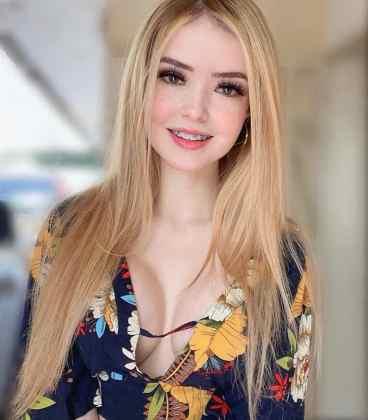 Blonde Latina: Instagram-Model mit Zahnspange und Sommersprossen