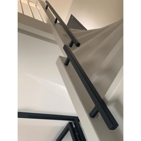 Vierkante trapleuningen van staal