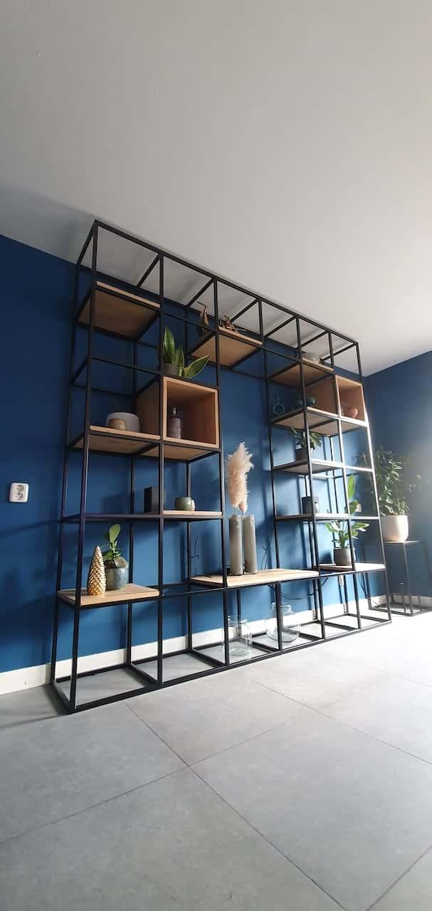 Stalen wandkast met bijbehorend tv-meubel van staal