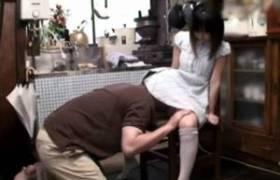 何も知らない小さな小娘が変だと思いながらも抵抗できずに大人の性欲の捌け口にされる・・