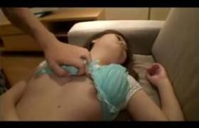 【泥酔レ●プ動画】酔ってソファーで寝ている姉にチンコを挿れてみた