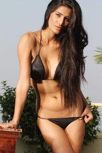 Hot dark hairy babe in sexy Bikini