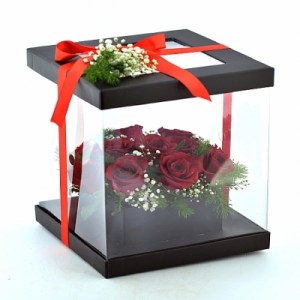 şeffaf siyah kutuda güller