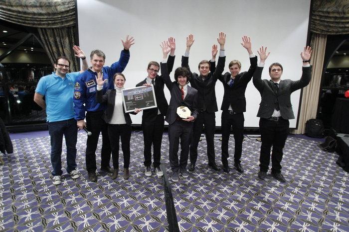 Η ομάδα Cora's Eleven παραλαμβάνει το βραβείο της