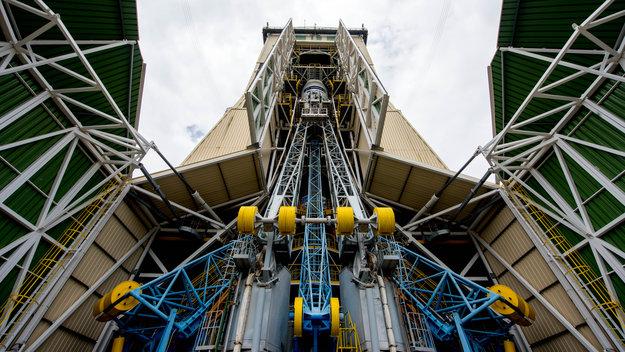 Soyuz_VS14_in_the_mobile_gantry_large.jpg