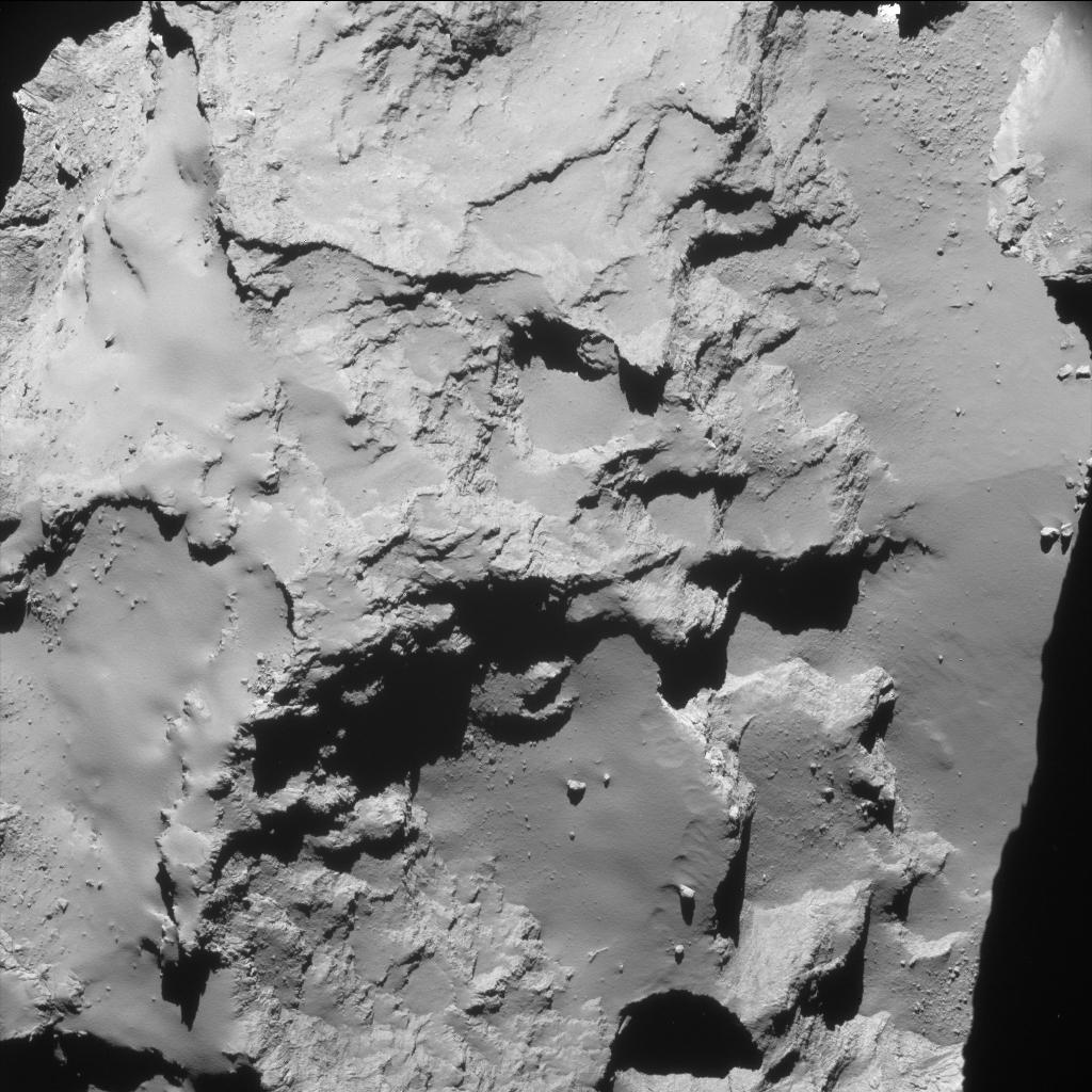 La première de cette ultime série a été prise le 29 septembre à 22 h53 TU (soit 00 h 53, le 30 septembre en France métropolitaine). La sonde était alors à 20 km du centre de Tchouri. Les régions qui apparaissent sur l'image sont Hapi, Seth et Ash situées sur le plus grand des deux lobes du noyau cométaire. La résolution est de 1,7 mètre par pixel — Crédit : ESA, Rosetta, NavCam – CC BY-SA IGO 3.0