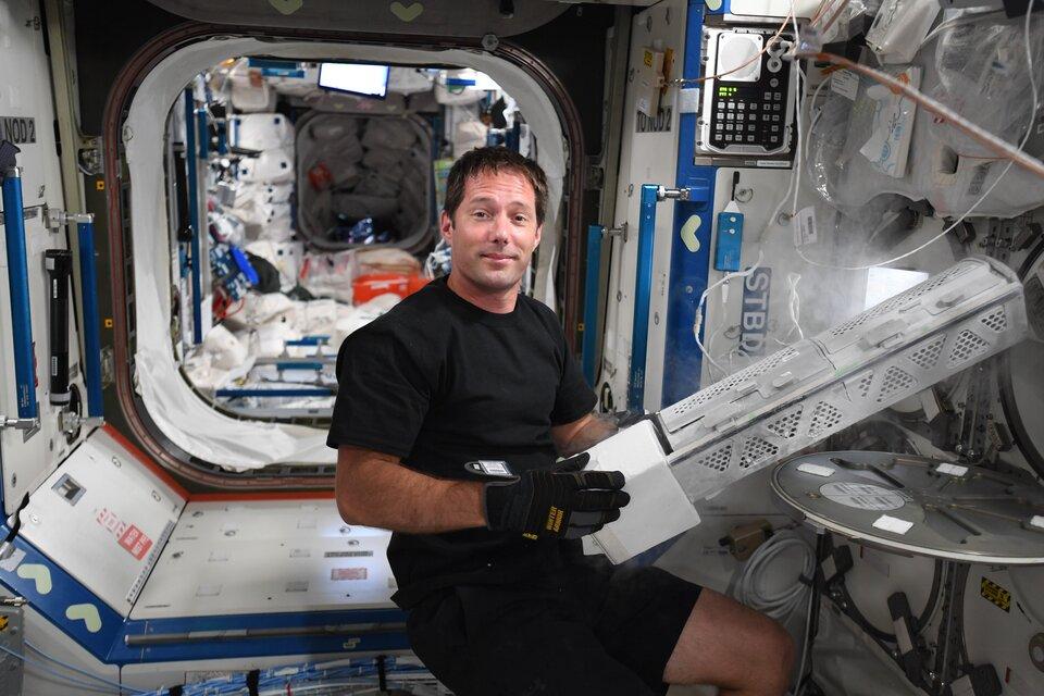 Thomas stockant des échantillons dans MELFI