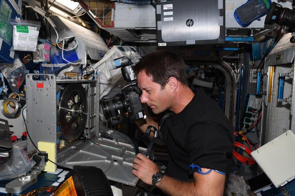 Thomas réparant le vélo d'appartement de la Station spatiale