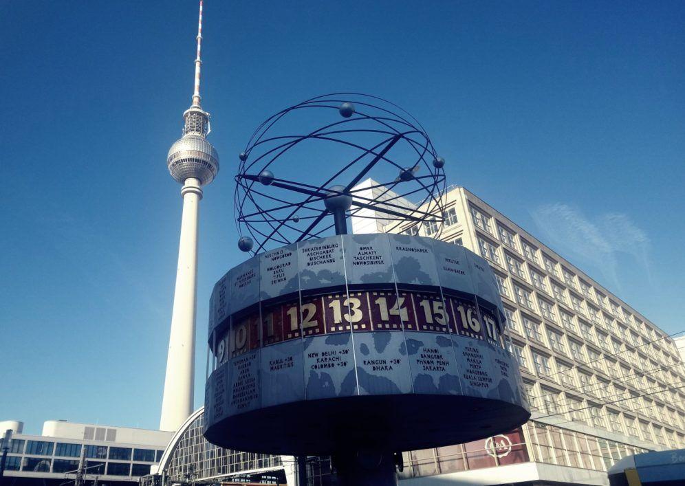 Vista del Reloj Mundial y la Torre de Televisiónn