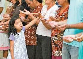 Menina de 5 anos faz 'milagres' em igreja evangélica. Onde vamos parar?