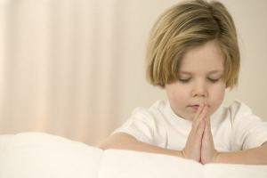 Piadas para crentes [62] – Joãozinho orando pelo bebê?
