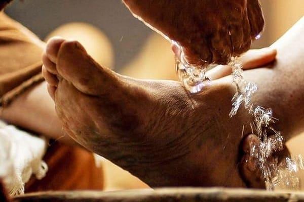 O lava pés deve ser feito durante a santa ceia como Jesus fez?