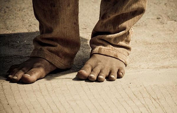 Por que Deus mandou Moisés tirar as sandálias dos pés? O que significa?