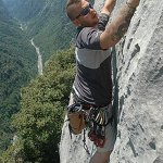 Jack Osbourne escalando en Adrenaline Junkie