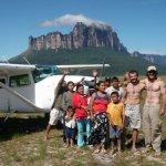 Shane Houbart y Alfredo Zubillaga con indigenas frente al Tepuy Upuigma