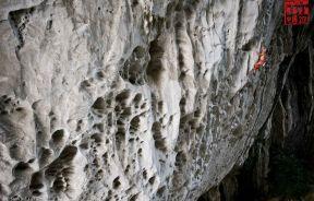 Mike Fuselier en Polvo tecnico 8c+ en el gran arco de Getu China - Foto Sam Bie